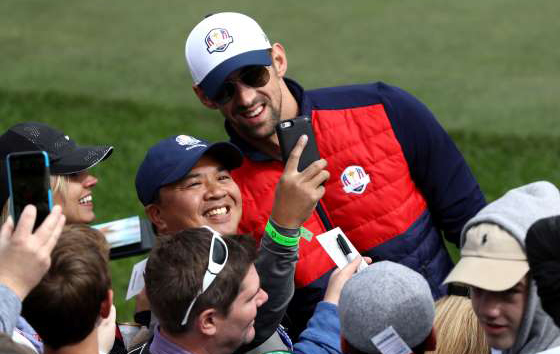 michael-phelps-takes-a-selfie-with-a-fan-during-the-2016-ryder-cup