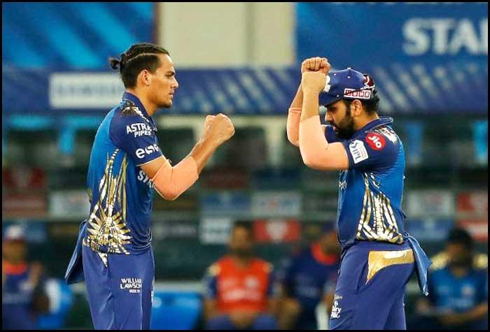 Deepak-Chahar-is-congratulated-by-skipper-Rohit-Sharma-after-dismissing-Virat-Kohli