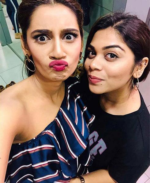 Sanjana Ganesan With Sweet Sister